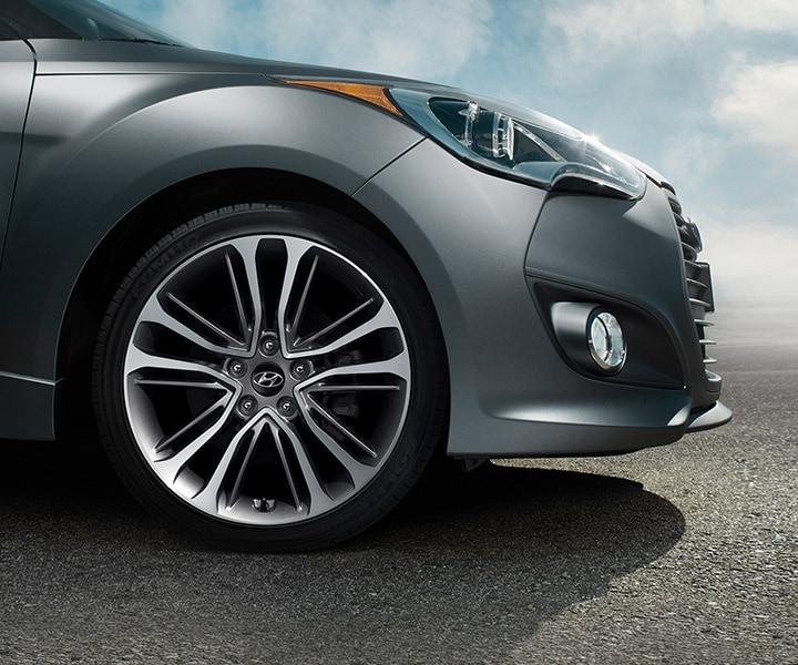 Close-up photo of Hyundai Veloster Turbo 2016 eighteen inch alloy front wheel