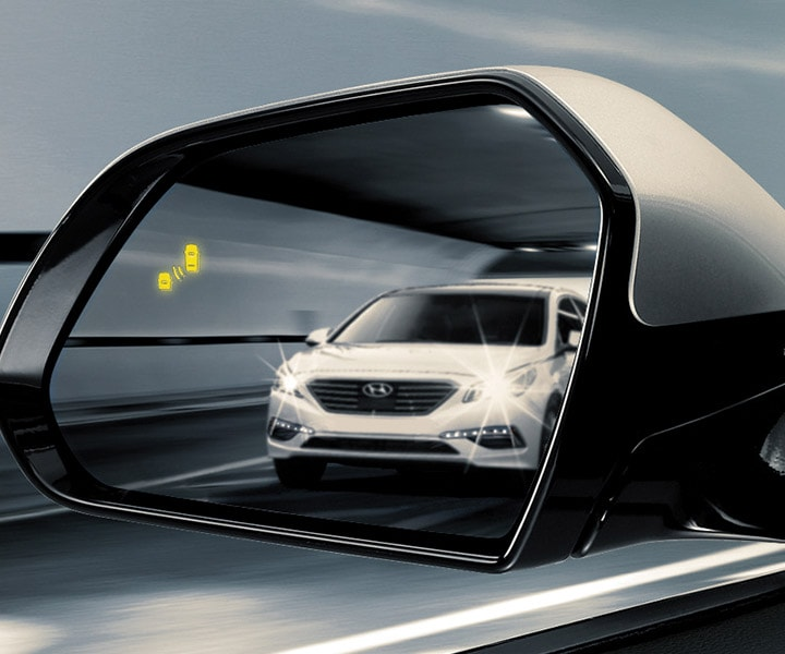 photo of white car in wing mirror of Hyundai Sonata 2017 indicating blind spot detection