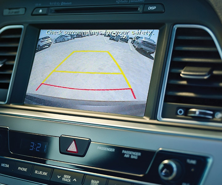 Image of Hyundai Sonata 2017 rearview camera with green, yellow and red safety zones