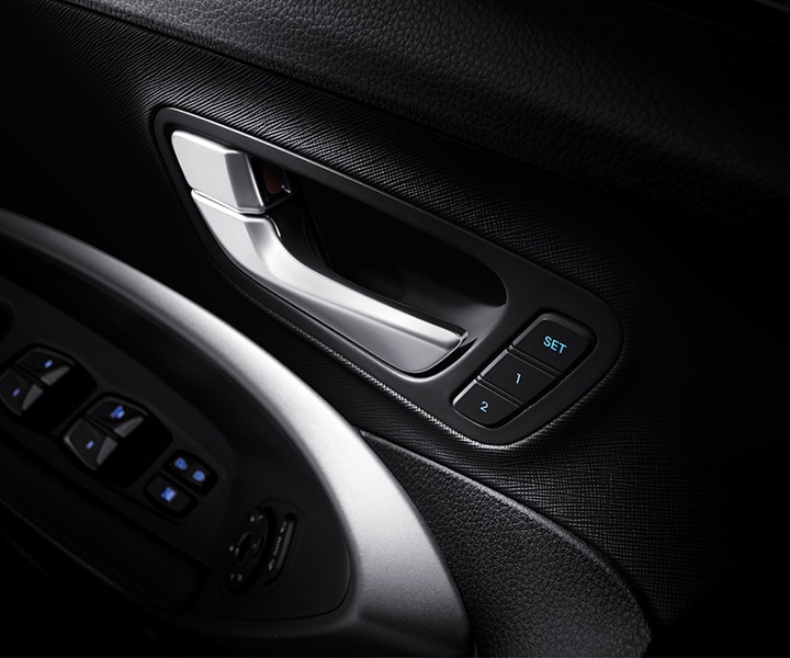 Close Up On The Interior Door Panel Controls which remembers and adjusts settings automatically for the Hyundai 2018 Santa Fe Sport