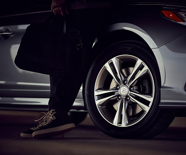 Close up of the Hyundai 2018 Sonata standard alloy wheels for a modern feel.