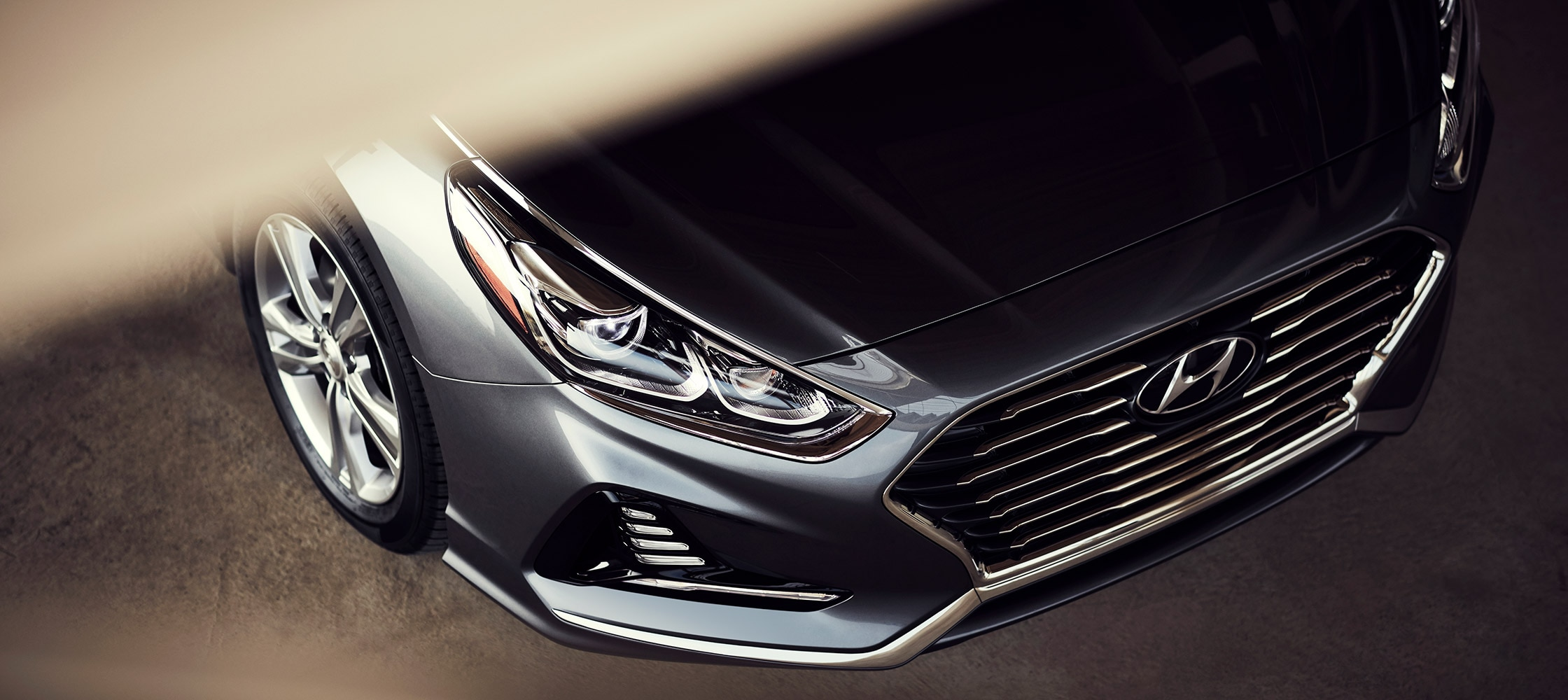 Close up of the Hyundai 2018 Sonata grille in stormy cloud.